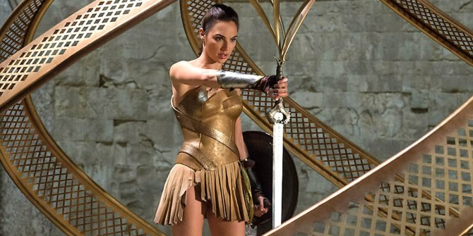 Wonder Woman Gal Gadot sword
